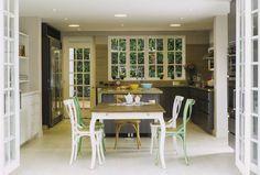 Vista general de la amplia cocina en la que destacan los tonos suaves y la comodidad del mobiliario