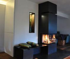 moderner Kamin mit kleine Sitzbank und drei Glasseiten