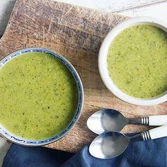 Courgettesoep met broccoli. De 2 soepen die ik het lekkerste vind gecombineerd tot 1; perfect! 🙌 heerlijk als lunch of voorgerecht en makkelijk te maken. De directe link naar het recept staat in m'n bio.
