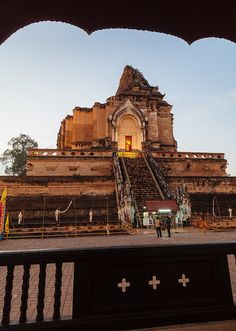 A Buddhist temple in de 14th century at Wat Chedi Luang in de historic center of Chiang Mai_ Thailand