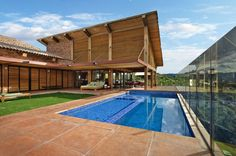 David Guerra Architecture has designed this amazingly beautiful house in Nova Lima, Minas Gerais, Brazil, a house that has a fantastic view towards the nearby mountains, natural and organic looking. Stone and wood are the basic materials for the construction of this beautiful house and as for the interior design, earthy tones of color were used to create a cozy atmosphere.