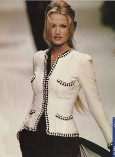 and the Chanel jacket always looks chic. Fashion Week, 90s Fashion, Trendy Fashion, Vintage Fashion, Fashion Outfits, Fashion Trends, Fashion Ideas, Fashion Bags, Style Fashion