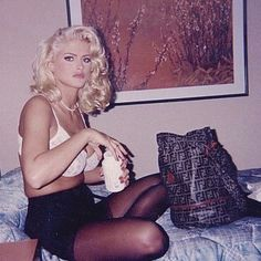 anna nicole smith opening a bottle of what's probably some sort of opiates or coedine while looking glam in a hotel room is such a mood… Anna Nicole Smith, Ann Nicole, Anna Smith, Pretty People, Beautiful People, Veronica Lake, Provocateur, Norma Jeane, Vintage Glamour
