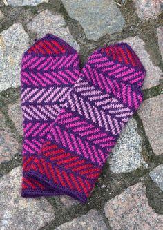 Tekstiiliteollisuus - teetee Pallas Fair Isle Knitting, Knitting Socks, Knit Socks, Wrist Warmers, Hand Warmers, Crochet Mittens, Knit Crochet, Slipper Boots, Mitten Gloves