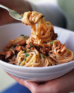 Low FODMAP and Gluten Free - Linguine with tuna sauce   http://www.ibssano.com/low_fodmap_recipe_linguine_tuna_sauce.html