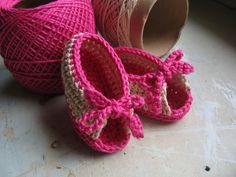 fácil de fazer e fácil de colocar no pezinho, já que ele pode ser aberto por causa do lacinho. O tamanho deste sapatinho é de 0 a 3 meses. Para este projeto usei o fio Duna da Círculo nas cores Pink(6092) e Cru(7684) e agulha Clover 2,75mm.