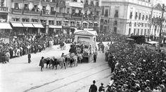 Madrid, 7 de enero de 1910. La Cabalgata de Reyes (Three Wise Men's parade) cruza la Puerta del Sol. Totalmente diferente hoy en dia salvo por la cantidad de gente.