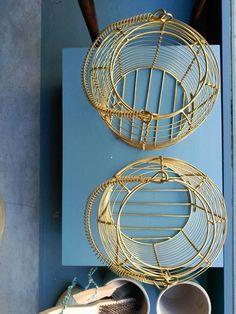#mercadoloftstore #mls #porto #umseisum #lojadedecoração #decorstore #store #montra #producto #newproduct #disposição #peças #vasos #escova #brush #goldenmetal #colour #blue