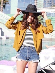 L'association parfaite Ce qu'on lui pique : tout. De la veste jaune moutarde (l'une des couleurs de l'hiver) à la marinière, en passant par le chapeau en feutre, on est complètement fan de ce look.