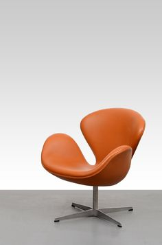 Arne Jacobsen Swan Chair Brown Leather: Cognac