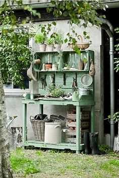 Shed DIY - O charme dos caixotes de feira no jardim Now You Can Build ANY Shed In A Weekend Even If You've Zero Woodworking Experience! Pallet Potting Bench, Potting Tables, Rustic Potting Benches, Garden Cottage, Garden Pots, Garden Sheds, Balcony Garden, Garden Shed Interiors, Diy Garden Table