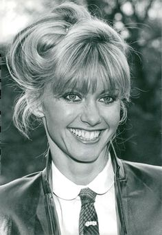 Olivia in the Olivia Newton John Young, Olivia Newton Jones, Female Actresses, Female Singers, Stephanie Tanner, Belle Hairstyle, Popular Music, Black And White Pictures, Celebs