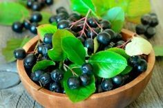 Lose Weight with Aronia Berries By Drinking Aronia Berry Weight Loss Tea' vs Drinking Dried Aronia Berries In Juice vs Substituting Meals for Aronia Berry Smoothies . and 1 more - VisiHow Healthy Fruits, Healthy Recipes, Healthy Herbs, Healthy Foods, Healthy Life, Acide Aminé, Organic Superfoods, Weight Loss Tea, Strawberries