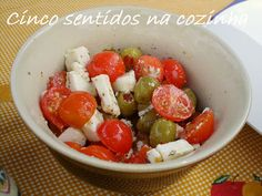 Entrada de azeitonas verdes, queijo feta e tomate cereja