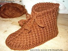 Crochet Slipper Pattern, Crochet Baby Shoes, Knitted Slippers, Crochet Slippers, Crochet Motif, Crochet Designs, Crochet Stitches, Free Crochet, Knit Crochet