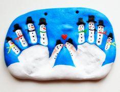 Pupazzi di neve con impronte delle mani in pasta di sale