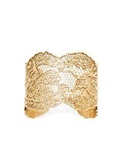 Bracciale realizzato in filigrana lavorato intrecciando fili dorati in un design che si ispira alle trame del pizzo. Ogni gioiello di Aurélie Bidermann è fatto a mano nel suo laboratorio parigino.