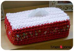 """Capa """"mimosa floral vermelho"""", feita em crochet com trapilho."""