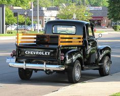 Love the wooden rails, maybe this is what the original tailgait and lights looked like? Chevrolet Trucks, Chevy Trucks, Pickup Trucks, Classic Trucks, Classic Cars, Chevy Hot Rod, Old Pickup, Chevy Pickups, Cars Motorcycles