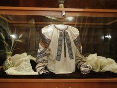 Ie de Vrancea. Romania, Cross Stitch Patterns, Textiles, Costumes, Country, Blouse, Women, Coats, Dress Up Clothes