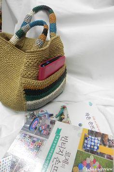 Best 11 Crochet Bag Pattern Design Ideas for This Summer Part 34 – SkillOfKing. Crochet Hobo Bag, Hand Knit Bag, Crochet Market Bag, Crochet Clutch, Crochet Shoes, Crochet Handbags, Sweet Bags, Craft Bags, Linen Bag