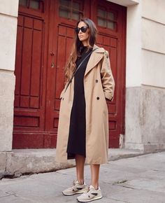 Style Inspiration: Trench coats outfits for spring Effortless outfit for spring, Trench coat over black sweater dress and beige sneakers Adrette Outfits, Spring Outfits, Casual Outfits, Fashion Outfits, Fashion Clothes, Spring Clothes, Work Outfits, Trench Coat Outfit, Trench Coats