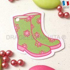 Un étiquette en forme de botte en caoutchouc pour décorer vos contenants et boites à dragées.