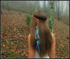 Bandeau de plume élégante de Turquoiuse ----------------------------------------------  Plumes retomber derrière dun bandeau beige suédine tissée