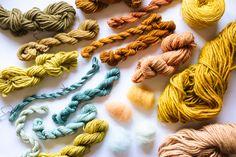 Algumas das cores que produzimos durante a oficina de Tinturaria Natural  utilizando casca de cebola, henna, ruiva-dos-tintureiros (Rubia tinctorum),  folha de nogueira e o índigo japonêsacabado de colher (Persicaria  tinctoria), em diversos tipos de lã e seda também. // Some of the colors dye