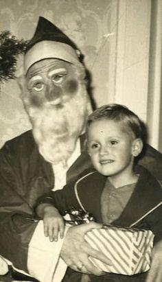 23 Disturbing Santa Claus Photos That Will Wreck Your Christmas