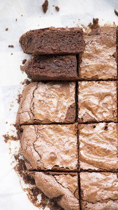 Ren nu naar de keuken en over een half uurtje kun je al smullen van deze Fudgy Brownies! De chocolade druipt er bijna uit! Super makkelijk en super lekker!