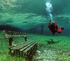 En Austria existe un preciosos lugar muy peculiar, se trata del Lago Verde, o Grüner See, cerca de las montañas Hochschwab. Durante el invierno es un parque normal con sus senderos, bancos, áreas verdes, puentes, arroyos y lagos.Pero que en verano tienes que bucear para contemplarlo.