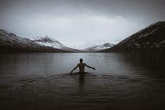 Baignade dans une eau à 4 degrés en Islande © Théo Gosselin - Fotolia.com. http://www.lonelyplanet.fr/article/lislande-en-toute-liberte-avec-theo-gosselin #Baignade #Islande #ThéoGosselin #Fotolia #disconnect #voyage