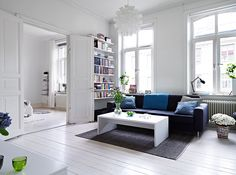 grey blue couch white coffee table blue pillows