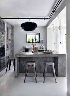 Bois brut ancien, ciment et chaises design... Le bon mix de cette cuisine moderne
