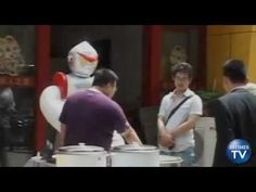 A robot cook has appeared at a restaurant in East China's Zibo City of Shandong Province and is assisting its staff with daily noodle slicing.  The owner of the noodle restaurant, bought the robot for 10,000 yuan, to help with cooking. He said that it saves labor costs. Normally it would cost 2,500 to 3,000 yuan a month to hire a cook for slicing noodles, but the robot only consumes eight kilowatt-hours of electricity.