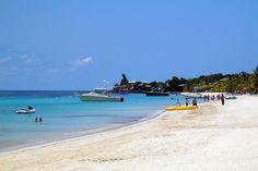 Praia na Baía Oeste, em Roatan, Honduras. Fotografia: Adalberto Hernandez Vega.