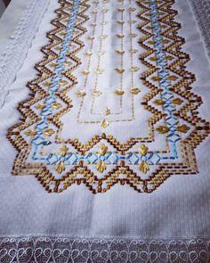 Resultado de imagem para pano de prato bordado em vagonite Ribbon Embroidery, Bohemian Rug, Quilts, Blanket, Rugs, Home Decor, Pasta, Album, Silk Ribbon Embroidery