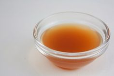 Using apple cider vinegar for hair is super effective. And it's simple with this apple cider vinegar hair rinse. Natural beauty just got simple. Apple Cider Vinegar Toner, Apple Cider Vinegar Remedies, Organic Apple Cider Vinegar, Vinegar Hair, Alkalize Your Body, Apple Benefits, Health Benefits, Natural Home Remedies, Home Remedies For Bruises