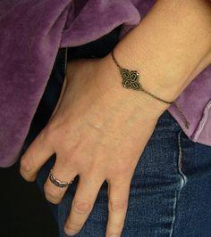 Ein süßes **Macramée-Armbändchen **mit eingearbeiteten silberfarbenen Perlchen.  Es ist größenverstellbar und lässt sich somit individuell anpassen.  Hergestellt aus S-Lon Bead Cord  Das...