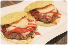 Oppskrift på hamburgerbrødene: 2 egg 2 ss mager kesam 20g bakepro 40g sesam-mel 1 ts bakepulver 1 ts salt Noen dråper vann  Skill plommen og...