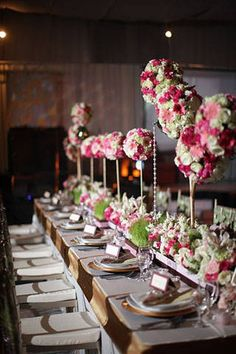 Tall topiaries alternated with low arrangements, giving dimension to the tableau.