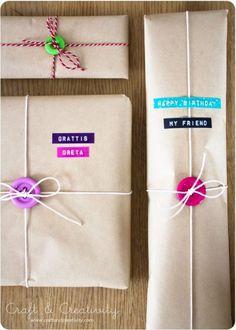 Idée joli paquet cadeau : des boutons et de la dymo