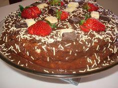 Torta de Pão de Ló com Recheio de Ganache de Chocolate Branco e Morango e Cobertura de Brigadeiro