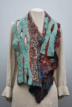 Looks like knit and prefelt layers Felted scarf Felt Fabric, Fabric Art, Nuno Felt Scarf, Felted Scarf, Needle Felting Tutorials, Nuno Felting, Handmade Felt, Felt Art, Wool Felt