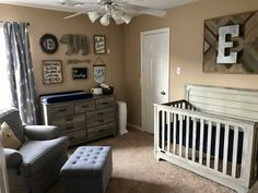 Pépinière rustique bleu marine et gris d'Ethan - Preston - Bebe Baby Boys, Baby Boy Rooms, Baby Boy Nurseries, Country Baby Rooms, Rustic Baby Nurseries, Baby Boy Bedroom Ideas, Baby Room Decor For Boys, Rustic Baby Rooms, Mom Baby