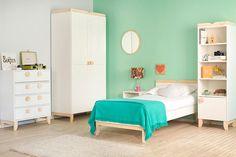 Este quarto de solteiro é todinho decorado em tons pastel. Planejado para uma jovem solteira, ele é recheado de detalhes fofos e muita personalidade, com a delicadeza dos móveis brancos e minimalistas inspirados no estilo escandinavo.