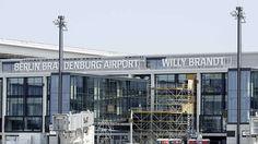 """Wir können alles außer Flughäfen.Es ist wohl das bekannteste Beispiel einer architektonischen Katastrophe in der Bundesrepublik: Er sollte der Flughafen der Zukunft werden und damit die anderen bestehenden in der Hauptstadt ablösen. Doch der Flughafen Berlin Brandenburg """"Willy Brandt"""" (BER) wird bereits seit 2006 gebaut und ein Ende ist nicht in Sicht. Auch der jüngste Not-Terminplan zur BER-Eröffnung Ende 2017 ist geplatzt - vor 2018 passiert hier nichts- Grund dafür sind u.a. ungelöste…"""