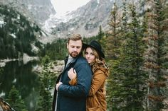 Lauren + Trevor knew they wanted to do something epic for their engagement session, so hopping on a flight to Colorado from Alabama was no big thing for these two adorable adventurers. They were chatting over dinner one night with their friends (and photo Mountain Engagement Photos, Winter Engagement Photos, Engagement Photo Outfits, Engagement Couple, Engagement Shoots, Mountain Photos, Country Engagement, Couple Photography, Engagement Photography