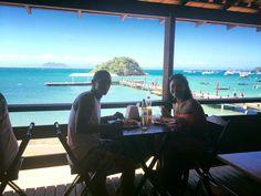 Almoçar em um restaurante beira mar legal a dois